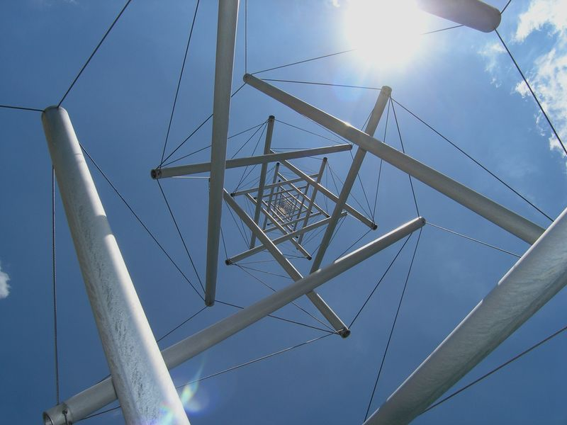File:Snelson-Needle-Tower-Sculpture.jpg